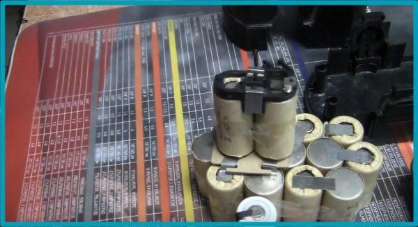 Аккумулятор шуруповерта в разобранном виде